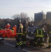 Verona, perde il controllo dell'auto sul lungadige, urta un paracarro e si capotta: due feriti gravi