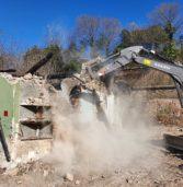 Verona, partita la demolizione delle case abusive nel vallo di via Faccio