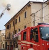 Valeggio sul Mincio: violento incendio nel tetto di una casa in centro paese