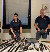 Verona, la Polizia interviene per una lite in famiglia e scopre un arsenale: pistole, spade katana, coltelli, lance e una balestra