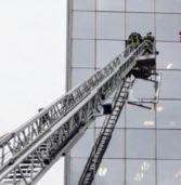 Verona, vigili del fuoco mettono in sicurezza la finestra di un grattacielo divelta dal vento