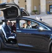 Verona, in prova al Comune la nuova Tesla X, suv completamente elettrico