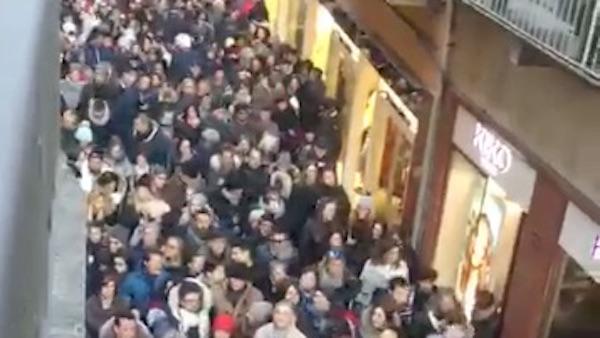 Verona presa d'assalto per i mercatini di Natale. I vigili chiudono il centro