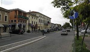 Via_Roma_con_Municipio_(San_Giovanni_Lupatoto)