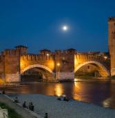 Verona, cade in Adige da Castelvecchio alle 2 di notte: salvata dai vigili del fuoco