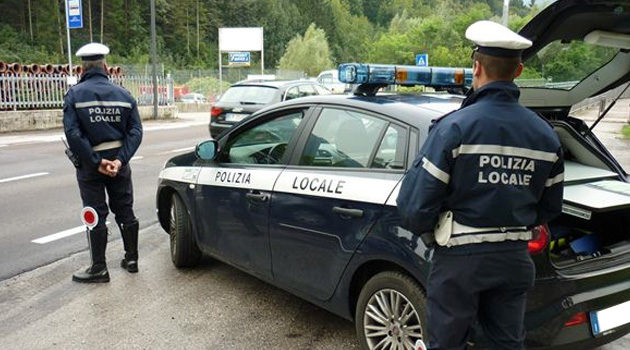 Verona, investe una ragazza con lo scooter e scappa: ricercato dalla Polizia