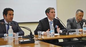 Matteo Gasparato, al centro, tra il presidente della Camera di commercio, Giuseppe Riello, e il sindaco Flavio Tosi