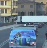 Verona, è polacco il Tir che ieri sera ha bloccato mezza città incastrandosi su ponte Garibaldi
