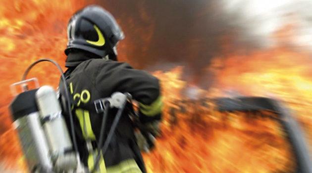 Parona, paura nella notte per l'incendio di un negozio di materassi: indagini in corso